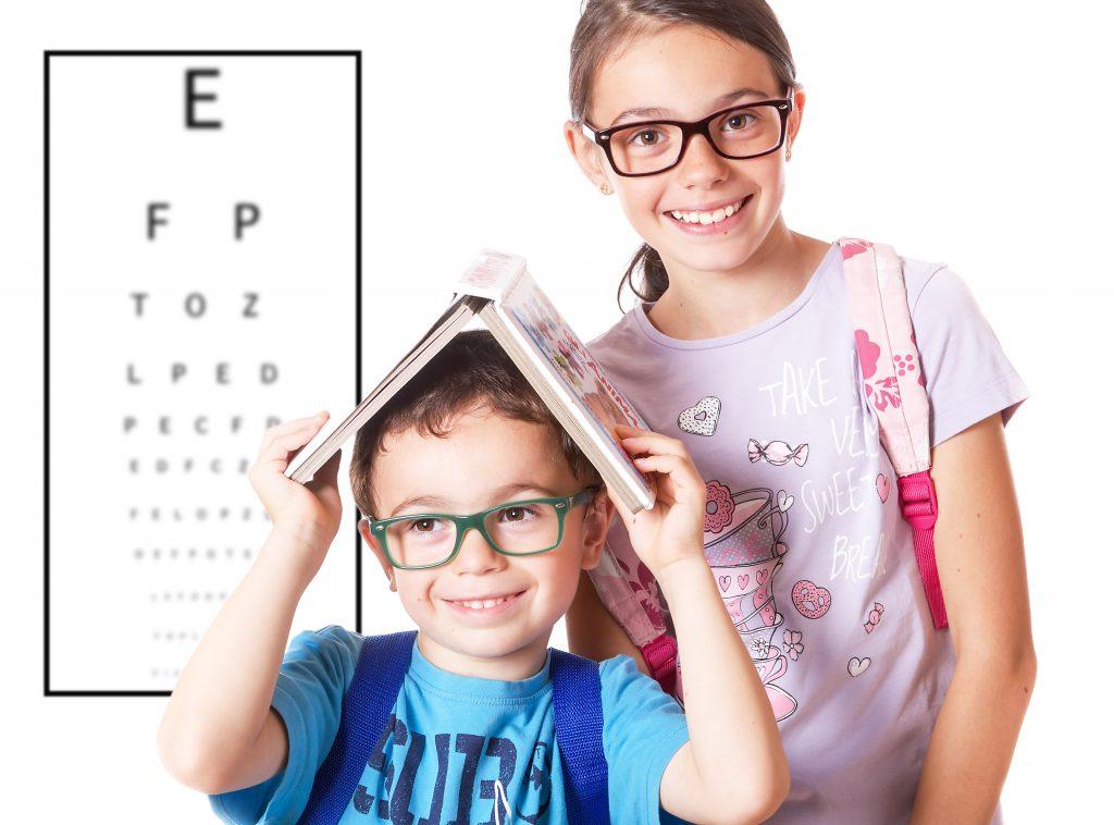 immagine bambini con occhiali