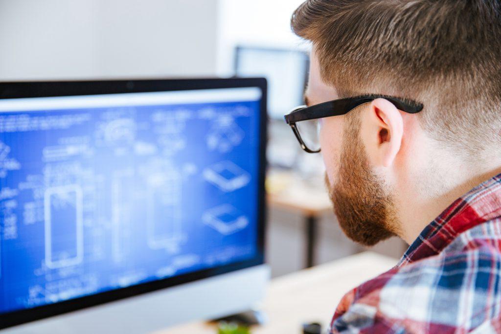 immagine uomo al monitor