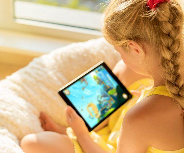 immagine bambina con tablet