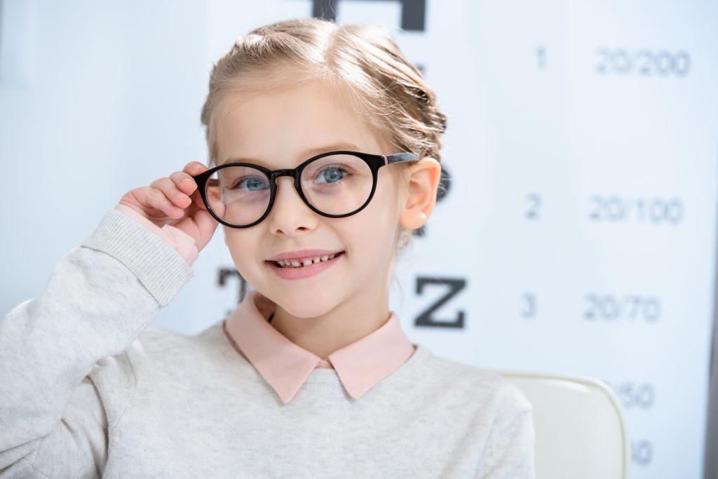 immagine bambina con occhiali